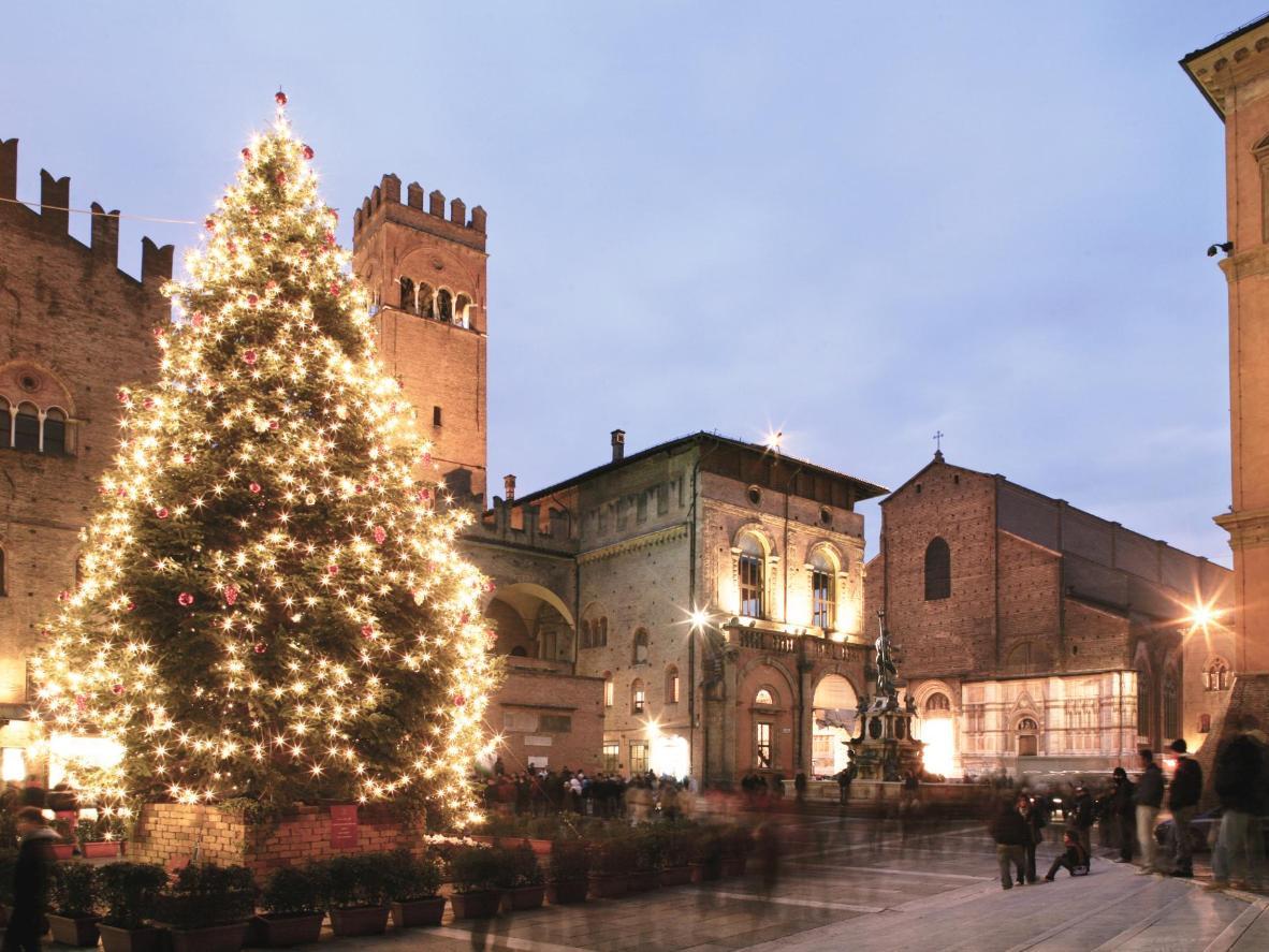 Visite a igreja Santa Maria dei Servi para ver o Mercado de Natal de Bolonha