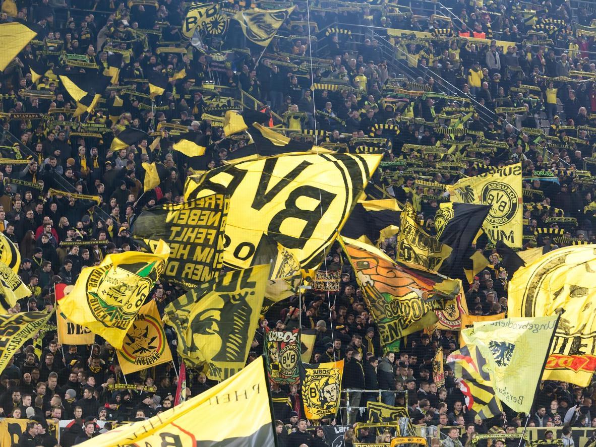 Fãs do Dortmund torcem durante uma partida entre o PAOK e o Borussia Dortmund