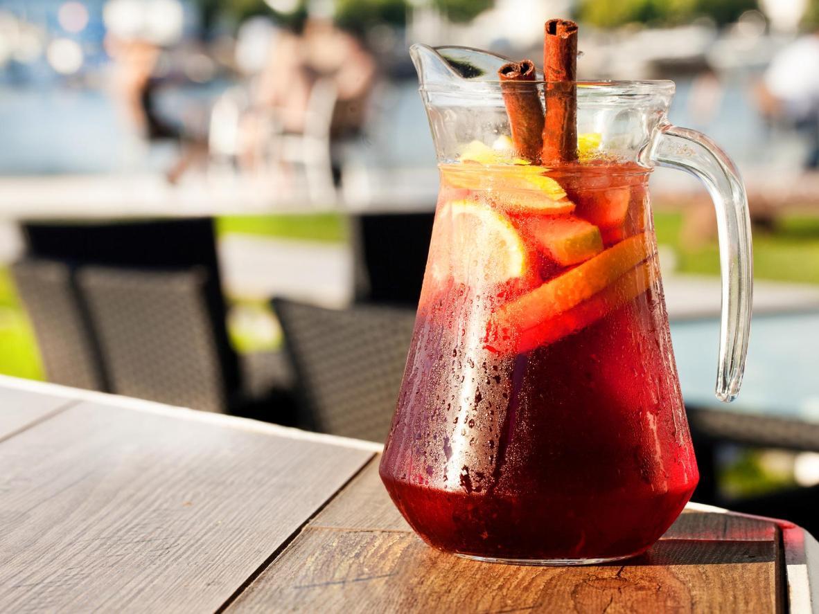 Curta uma jarra geladinha de sangria em uma praia de Barcelona no verão