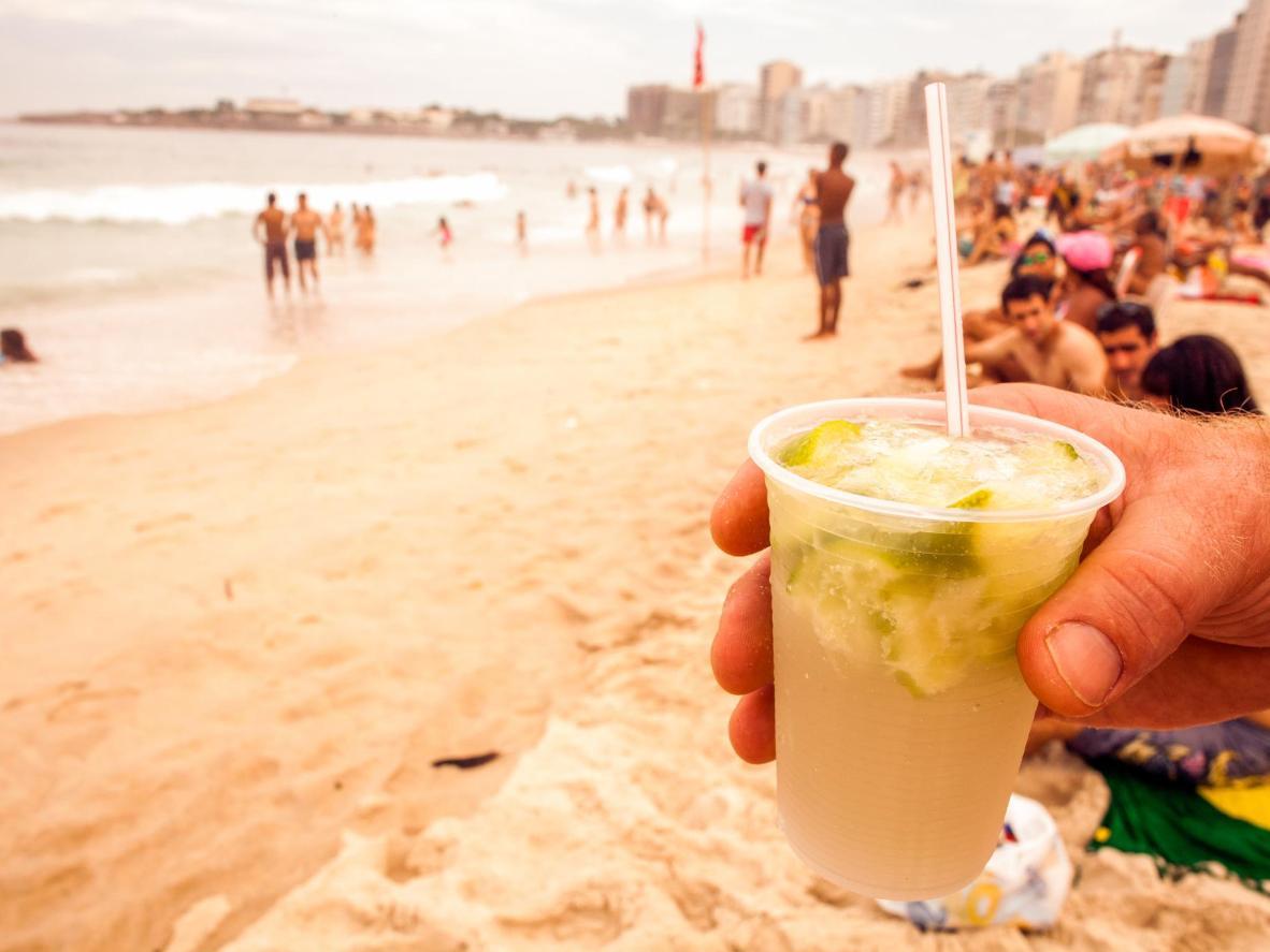 O melhor lugar para curtir uma caipirinha é a Praia de Copacabana