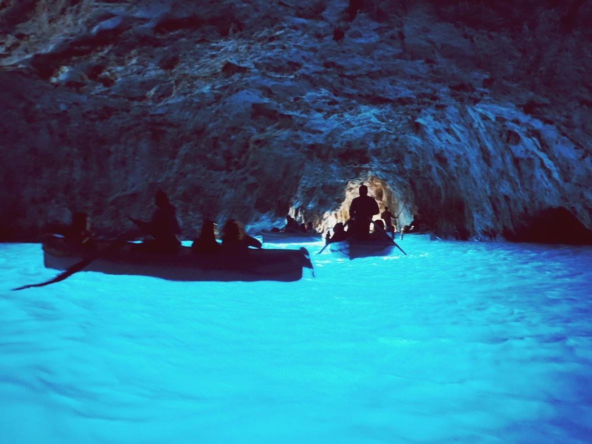 Barcos levando banhistas à Caverna Azul em Kastellorizo