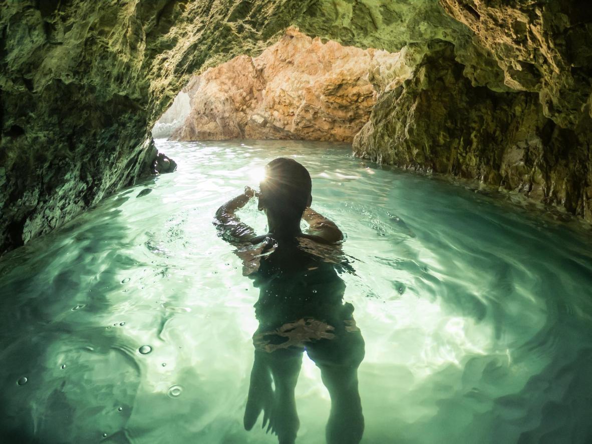 O sol refletido no mar na Caverna Verde em Griže