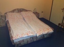 Judit Rooms, Makó