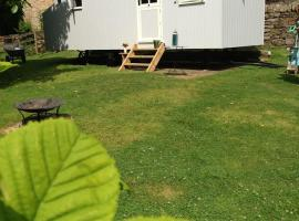 Posh Huts Farmstay, Falstone