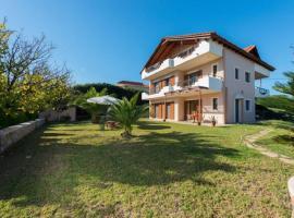 Hill Side Villa, Pastida