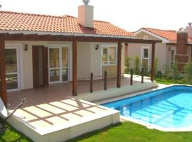 Oasis Village Bungalows, Yaniklar