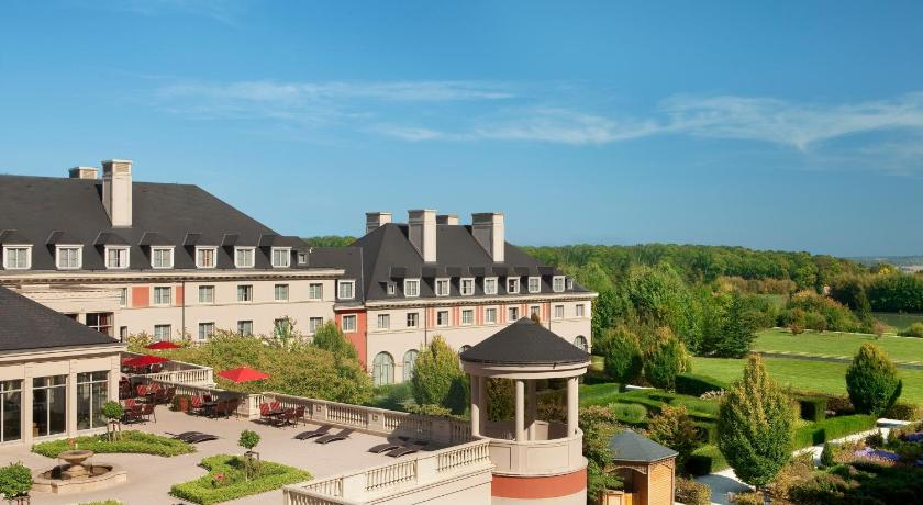 Hotel vienna house dream castle magny le hongre france for Reservation hotel paris
