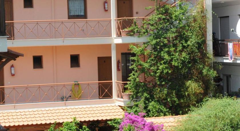 Дом в Неос Мармарас в деревне недалеко от моря