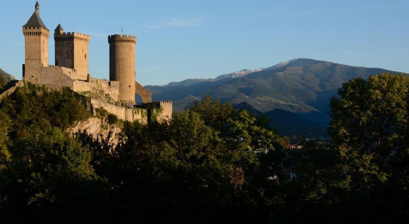 Photo d'un paysage d'Ariège : château de Foix, avec le mont Fourcat en arrière plan