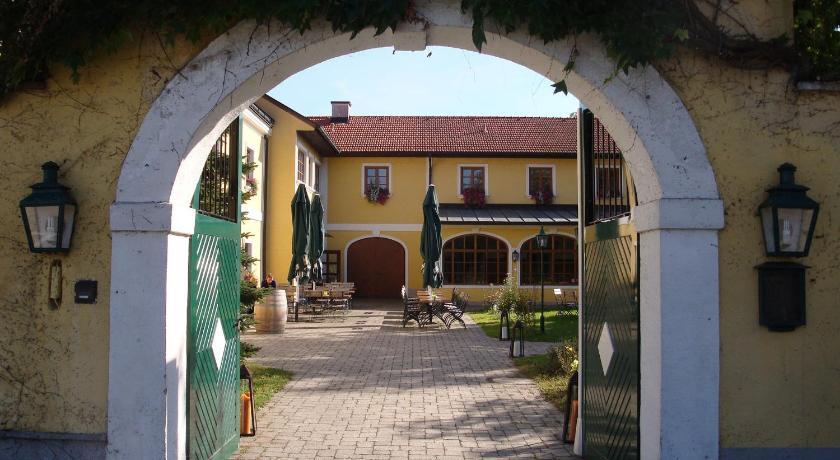 Himberg Austria  city photos : Hotel Gasthof zum Guten Hirten, Himberg, Austria Booking.com