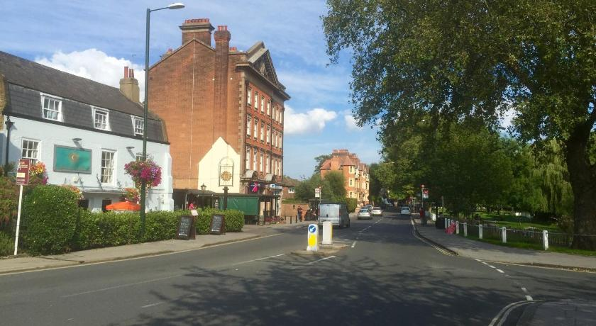 London Escorts Near Barnes Bridge Apartment