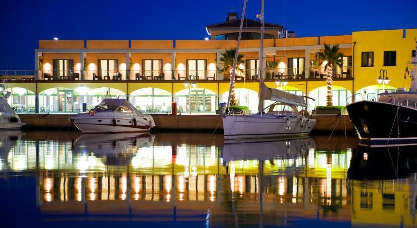 marina place resort italie g nes. Black Bedroom Furniture Sets. Home Design Ideas