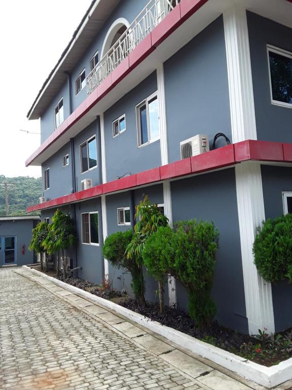 Flora Inn & Suite