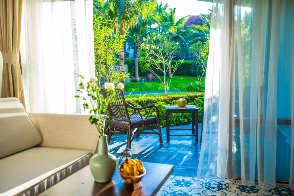 Phòng Giường Cỡ King Với Ban Công Nhìn Ra Vườn
