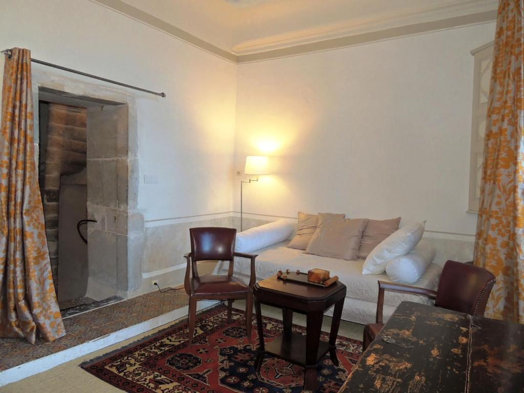 chambres d 39 h tes maison romane 1136 chambres d 39 h tes cluny. Black Bedroom Furniture Sets. Home Design Ideas