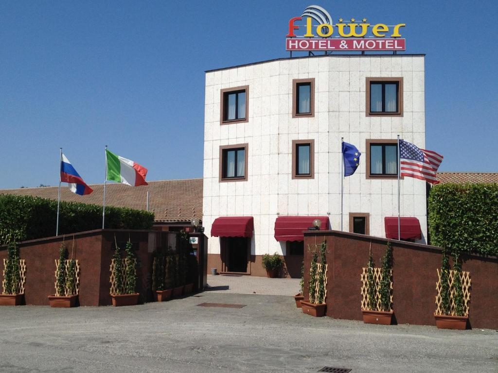 Hotel motel flower novi ligure book your hotel with for Motel milano