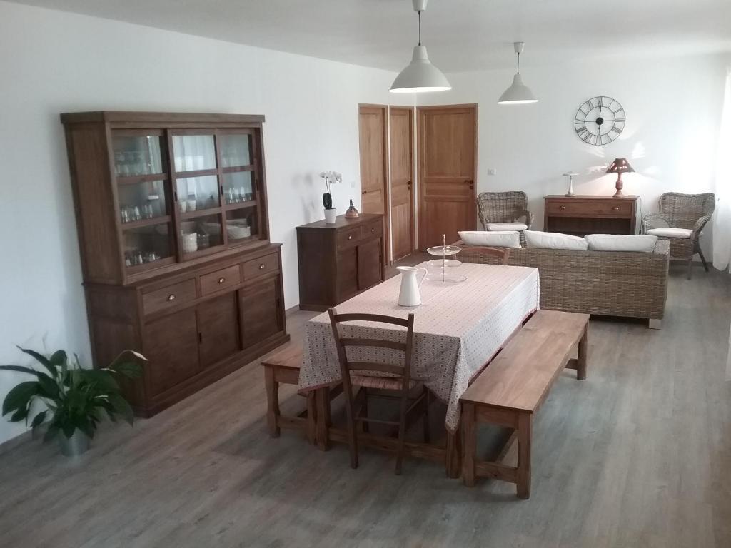 un air de campagne saint flour book your hotel with. Black Bedroom Furniture Sets. Home Design Ideas