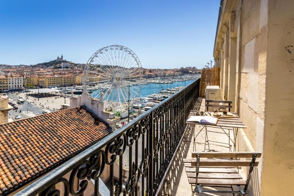 le republique balcon sur le vieux port marseilles book your hotel with viamichelin. Black Bedroom Furniture Sets. Home Design Ideas
