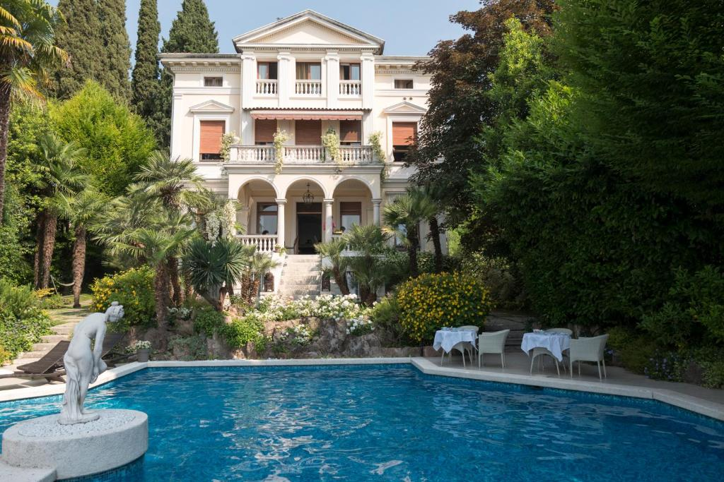 Villa vittoria gardone riviera book your hotel with for Villa vittoria