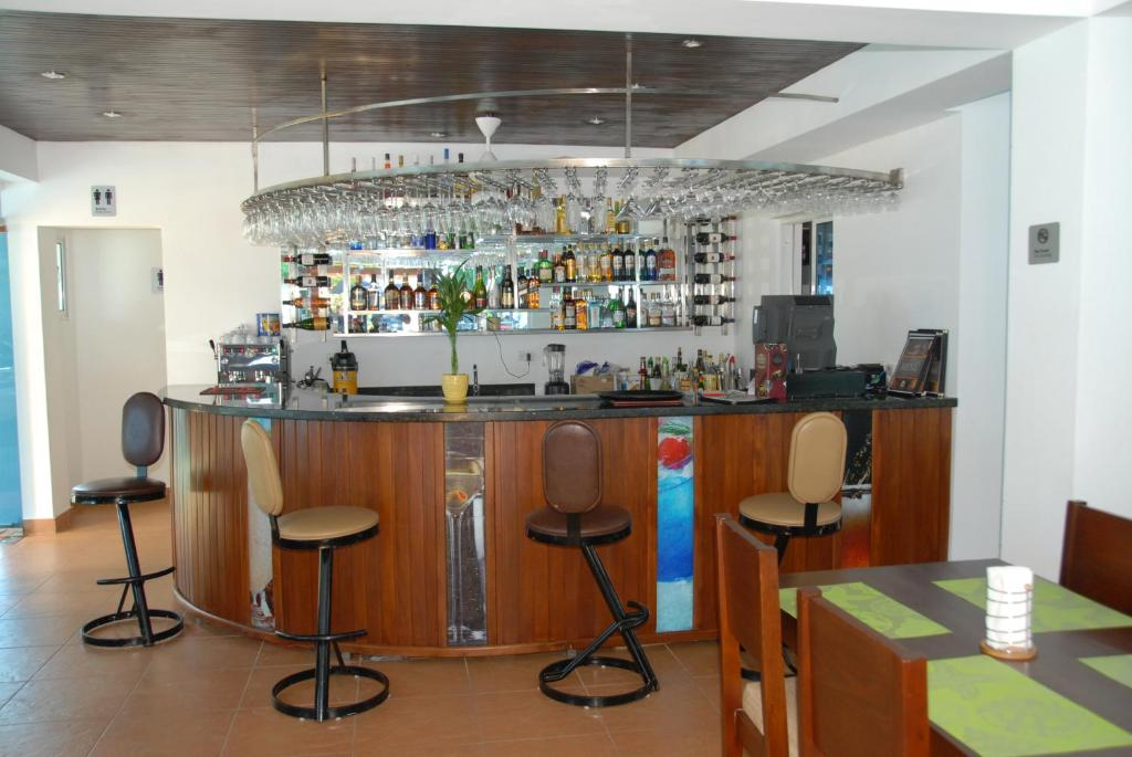 La sala de estar o bar de Anton Reef