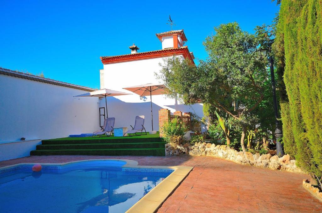 Villa amparo priego de c rdoba book your hotel with for Hotel rio piscina priego de cordoba