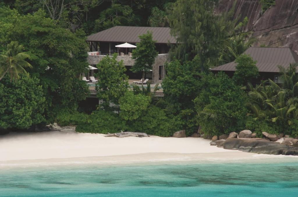 four seasons resort seychelles victoria book your hotel with viamichelin. Black Bedroom Furniture Sets. Home Design Ideas
