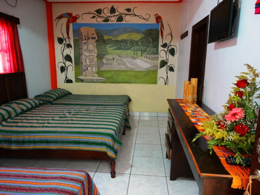 Hotel hostal yaxkin copan copan ruinas reserva tu for Hostal ciudad jardin