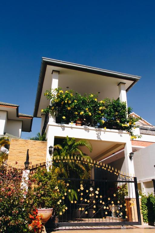 Palm tree villa hua hin book your hotel with viamichelin for Palm tree villas 1