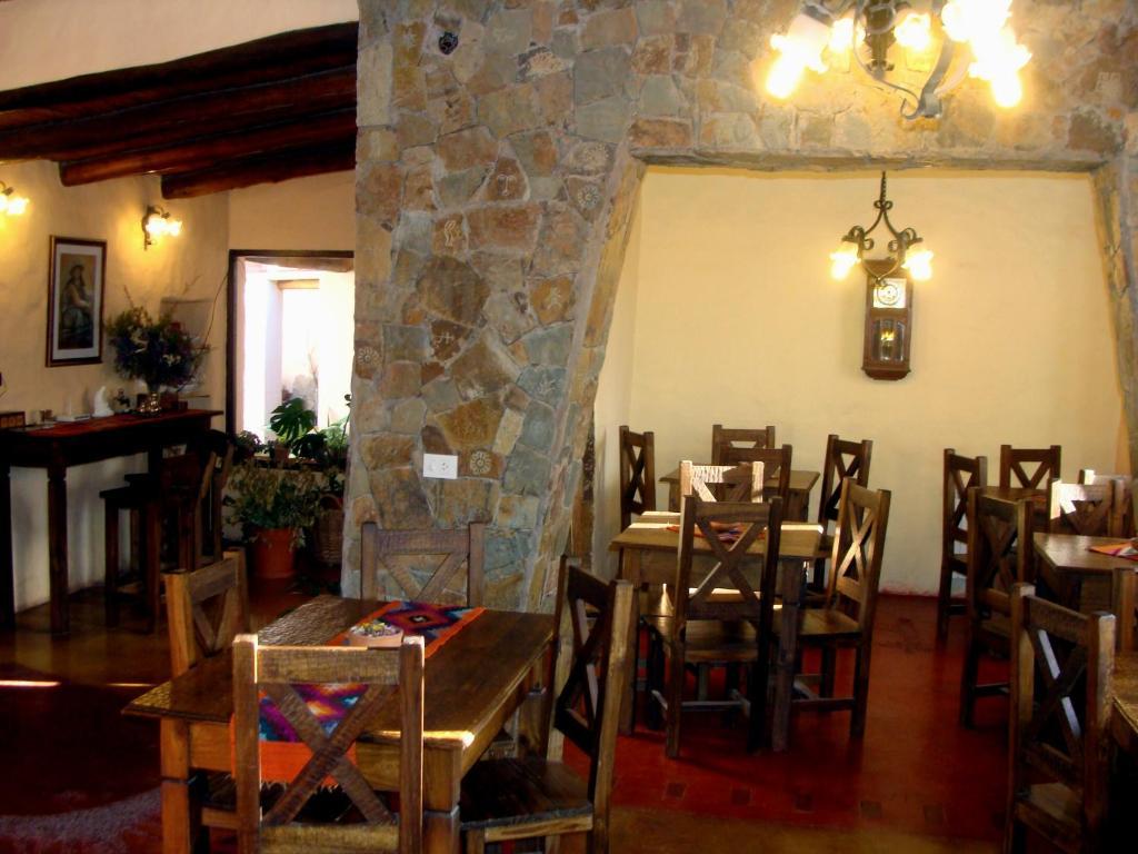 Un restaurant u otro lugar para comer en Hotel Norte Rupestre