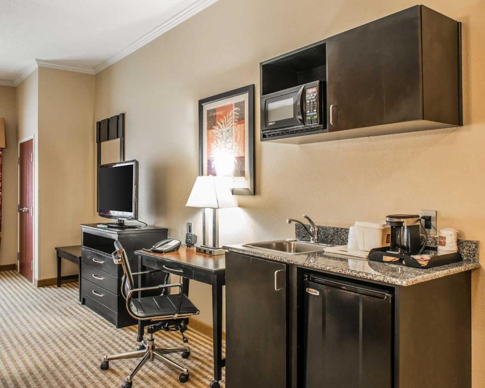 Comfort suites panama city tyndall panama city for Parkway motors panama city