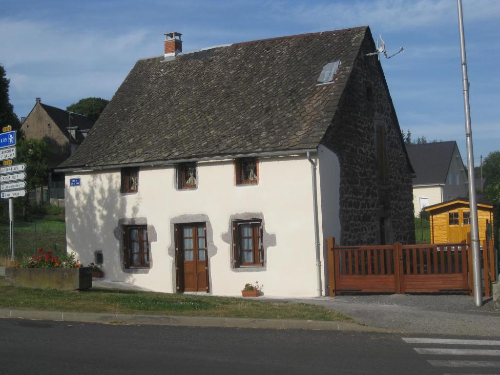 La petite maison maison de vacances tauves for B b la petit maison
