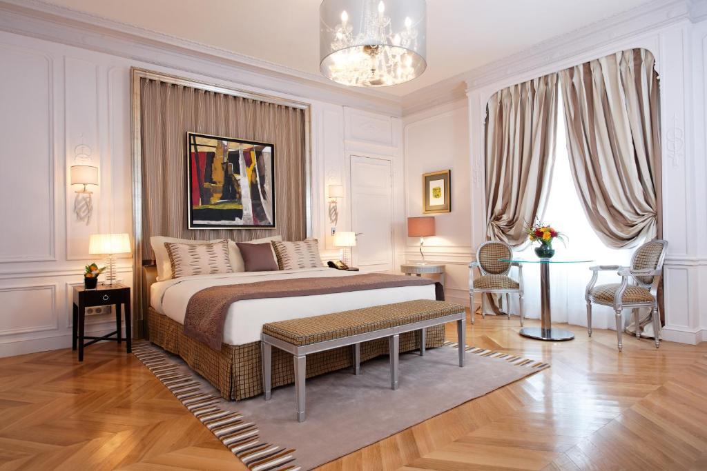 Image Of Parisian Themed Bedroom Decor.