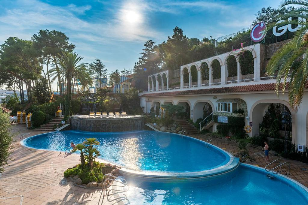 Hotel guitart central park aqua resort lloret de mar for Aqua piscine otterburn park