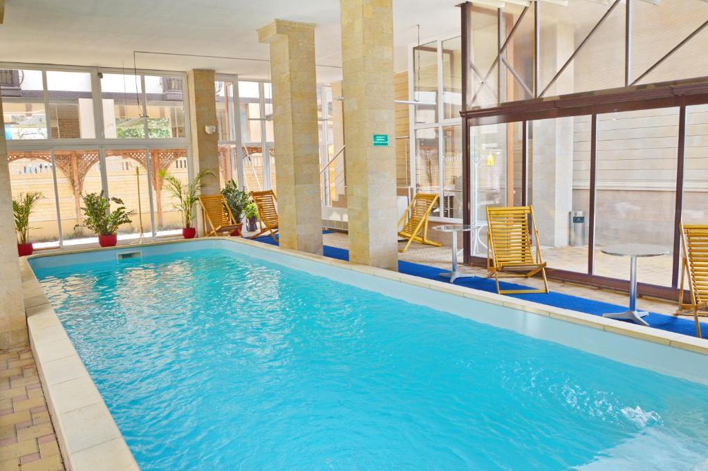 A piscina localizada em Kiparis Hotel ou nos arredores