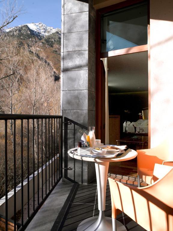 Sommos hotel aneto benasque online booking viamichelin for Booking benasque