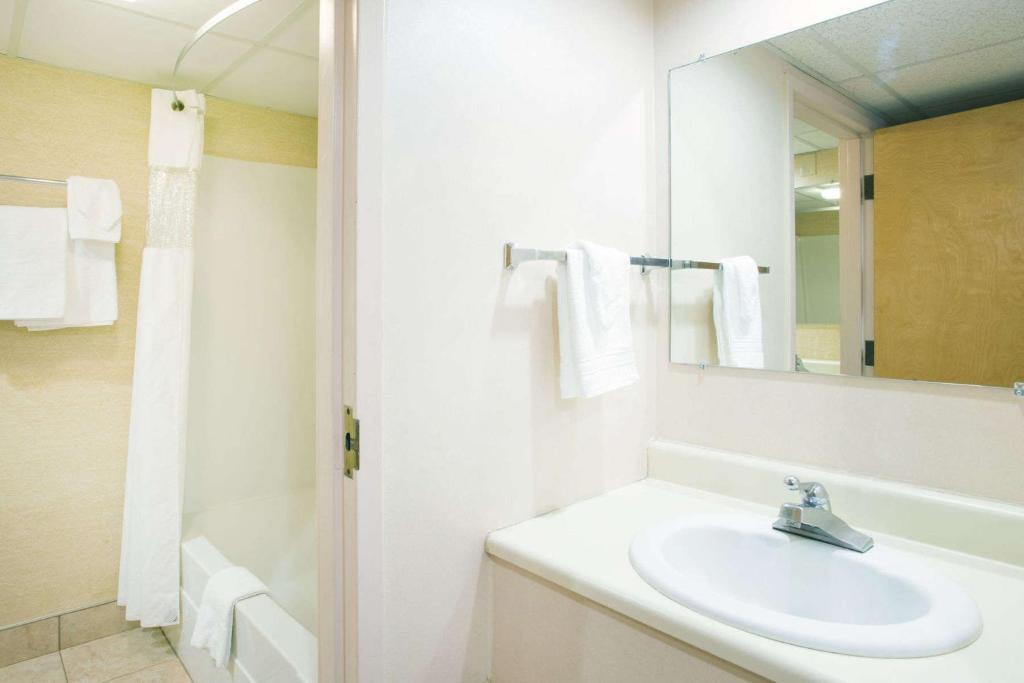 howard johnson south portland south portland. Black Bedroom Furniture Sets. Home Design Ideas