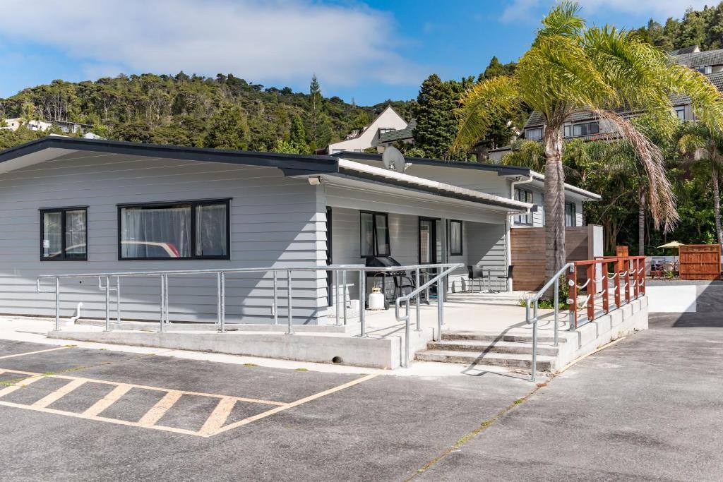 Dolphin motel hikurangi reserva tu hotel con viamichelin for Motel con piscina privada