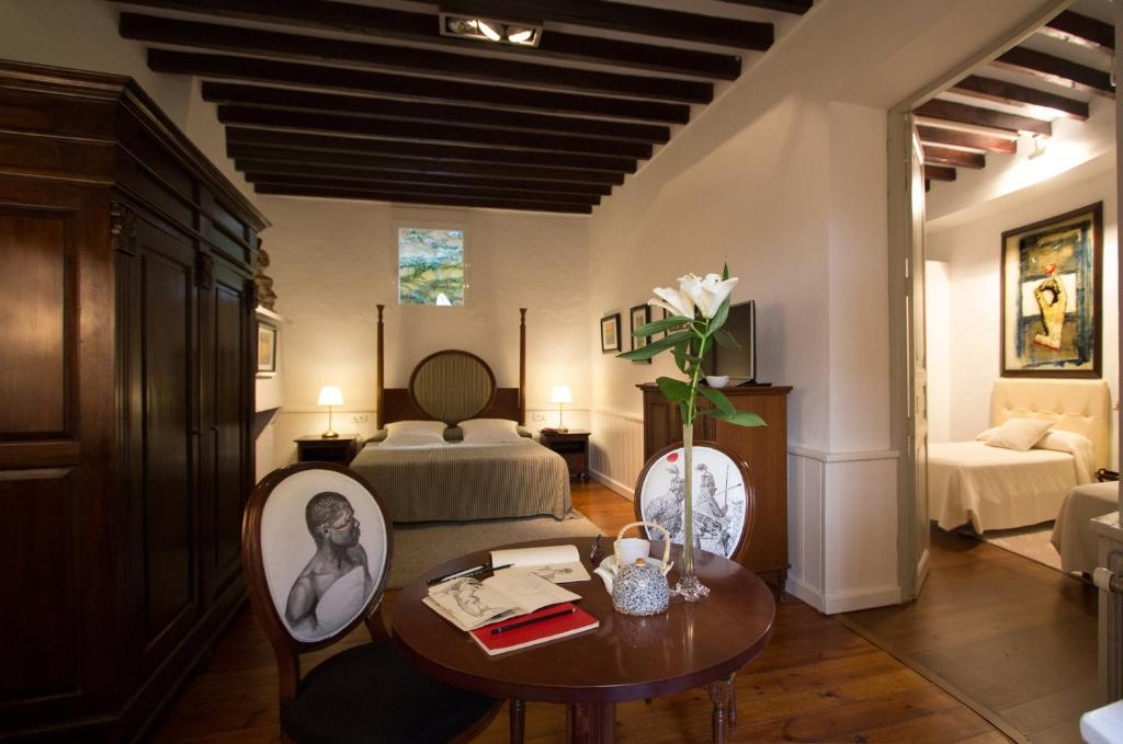 Booking Hostal Roma Art Room