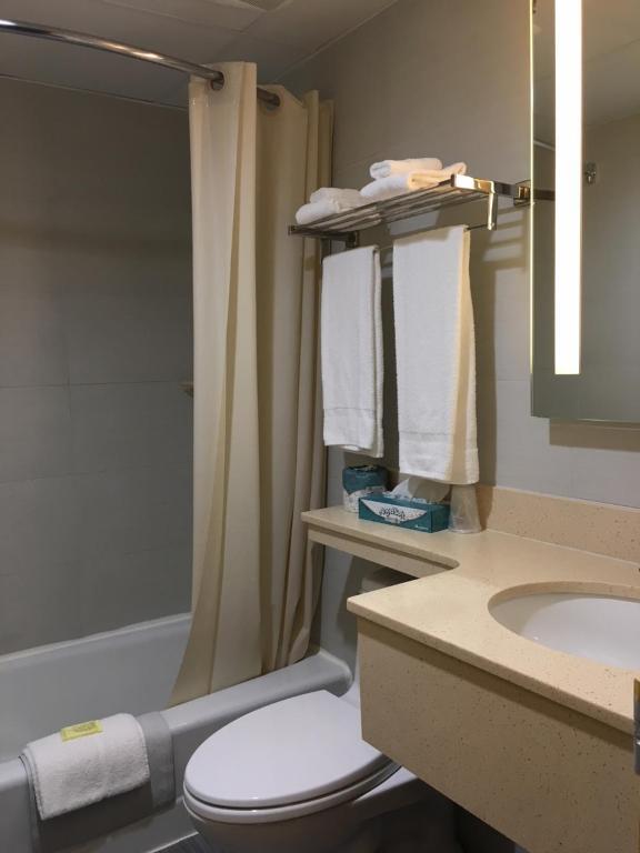 Bellerose Inn: Shower