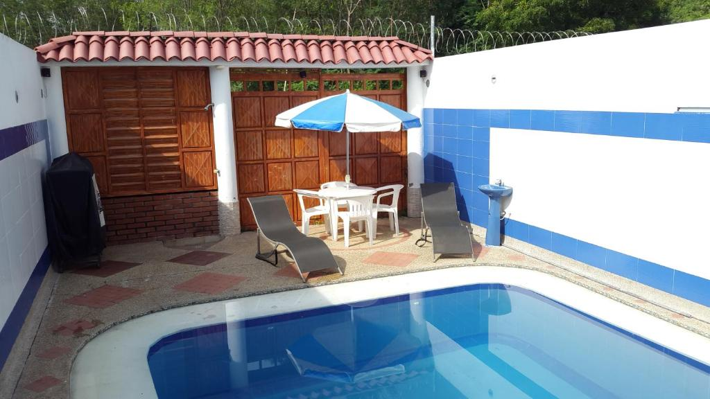 Casa con piscina privada y jacuzzi flandes book your for Apartamentos en alquiler con piscina