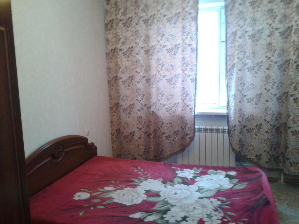 Una cama o camas en una habitación de Apartment on Neftyannikov 85