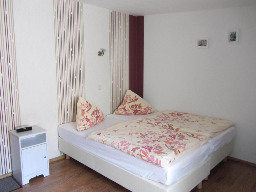 pension am ozeaneum stralsund book your hotel with viamichelin. Black Bedroom Furniture Sets. Home Design Ideas