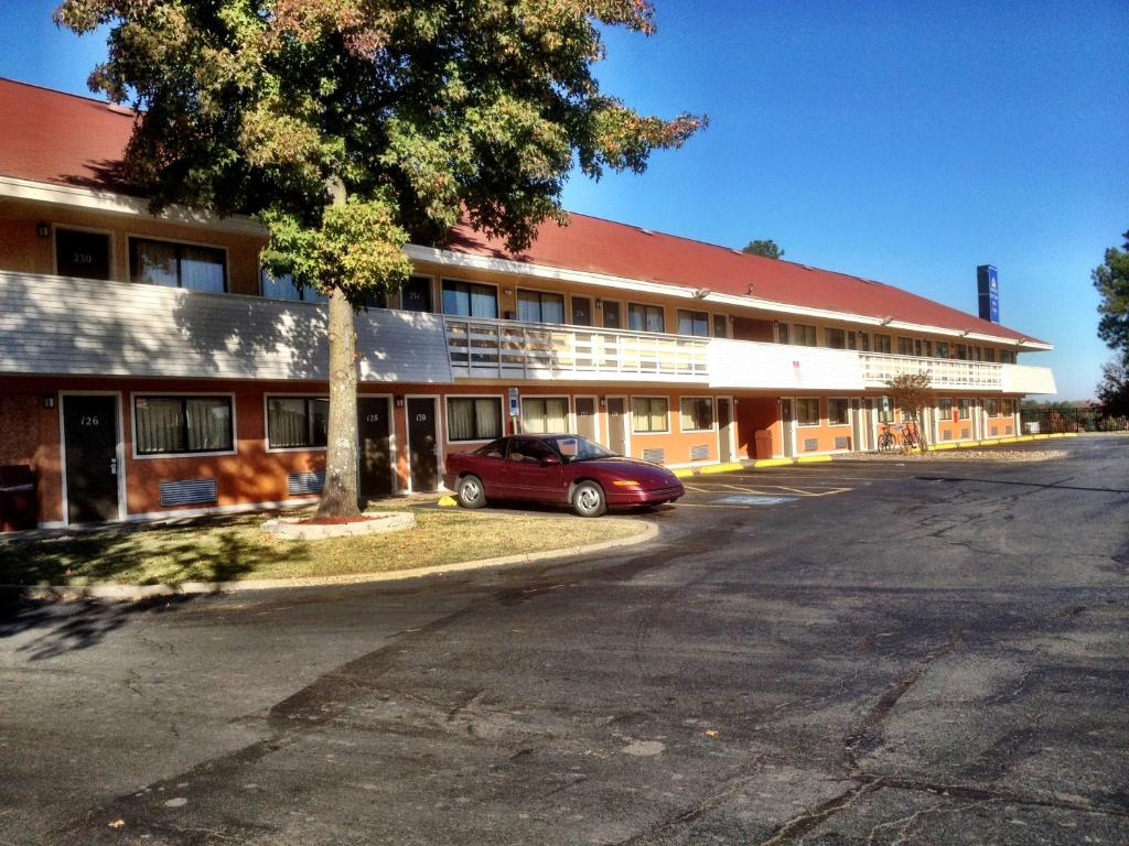 Americas best value inn and suites little rock for Best little hotels