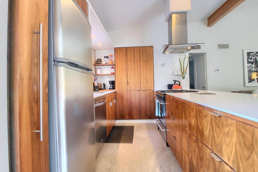 Travis heights modern i r servation gratuite sur viamichelin - Frigo encastrable 54 x 122 ...