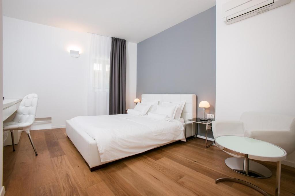 Cama ou camas em um quarto em Divota Apartment Hotel