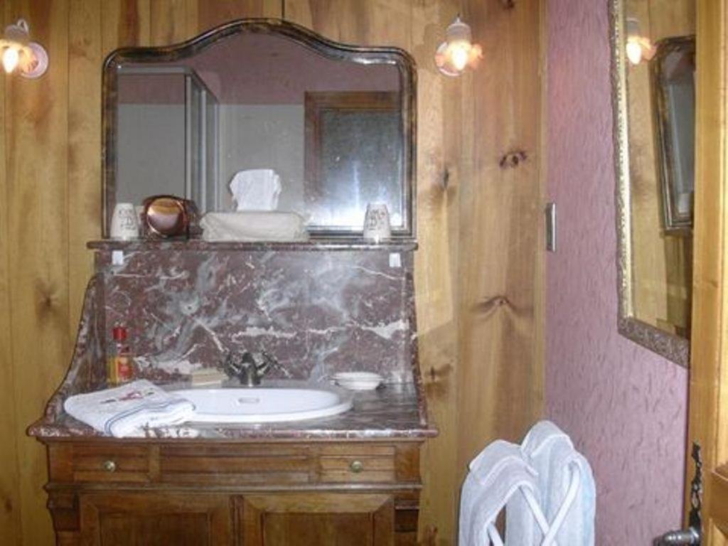 chambres d 39 h tes la jacquerolle affittacamere la chaise dieu. Black Bedroom Furniture Sets. Home Design Ideas