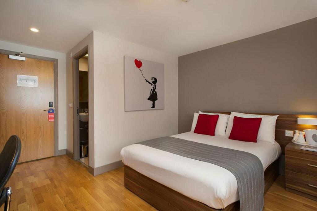 سرير أو أسرّة في غرفة في فندق بريطانيا ستادي