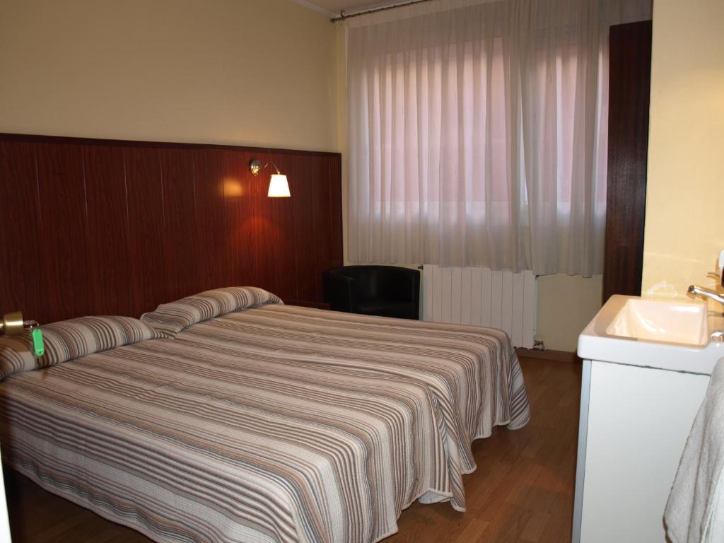 chambres d 39 h tes hostal bejar chambres d 39 h tes barcelone. Black Bedroom Furniture Sets. Home Design Ideas