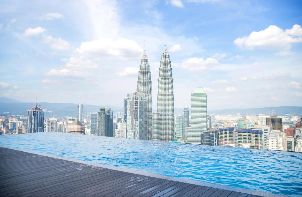 Klcc infinity pool apartment the pl malasia kuala lumpur - Rooftop swimming pool kuala lumpur ...