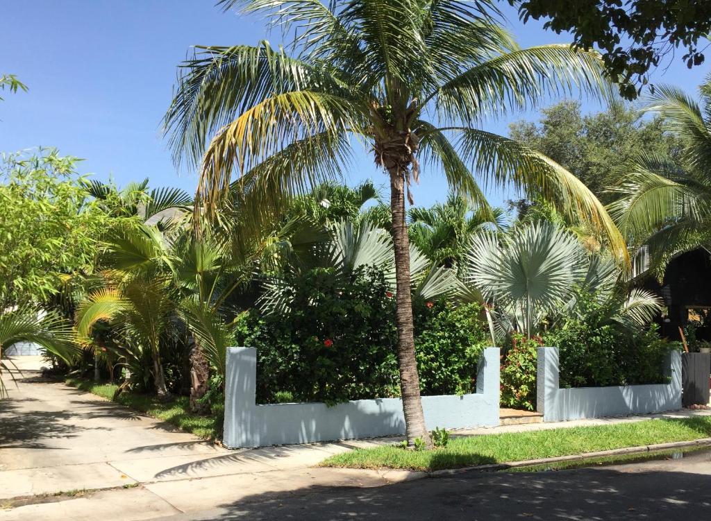 Tropical garden bungalow west palm beach reserva tu for Jardin west palm